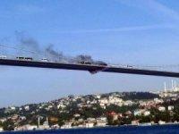15 Temmuz Şehitler Köprüsü'nde otomobilde yangın çıktı. Olay yerine itfaiye ekipleri sevk edildi. Bölgede trafik yoğunluğu oluştu.