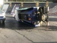 Beyoğlu'nda belediyenin temizlik aracı devrildi: 2 yaralı