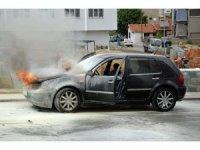 Otomobildeki yangını söndürmek için seferber oldular