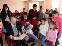 Erzurum'da görme engelli öğrencilere dijital Kur'an-ı Kerim dağıtıldı
