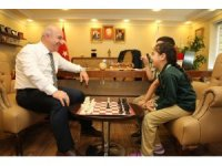 Başkan Bıyık, kendisini ziyaret eden öğrencilerle satranç oynadı