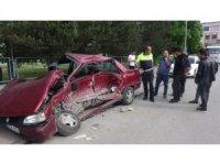 Freni boşalan kamyon otomobile vurarak durabildi
