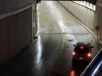 Başkent'te istinat duvarı otomobillerin üzerine çöktü