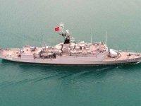 Donanma gemileri Boğaz'dan geçti