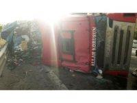 Mardin'de hurda yüklü tır devrildi