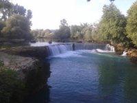Suyu çekilen Manavgat Şelalesi'nde tehlikeli yolculuk
