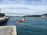 Sıcaktan bunalan kendini İstanbul Boğazı'nın serin sularına bıraktı