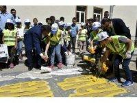 Vali ve Belediye Başkanı öğrencilerle yaya geçidi boyadı