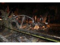 Refüje çarpan otomobil alev aldı: 2 ölü