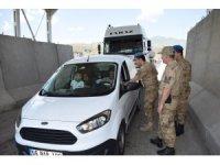 Asker, sürücülere lokum ikram etti