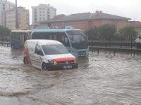 İstanbul'da yağış başladı... Yollar göle döndü, D-100'de trafik durdu