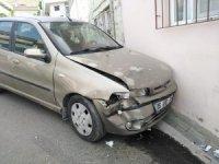 Freni boşalan otomobil eve daldı