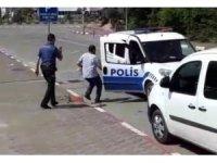 Kimliğini kaybeden adayların yardımına polis yetişti