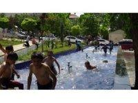 Çocuklar süs havuzlarında serinlemeye çalıştı