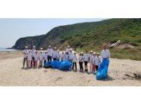 İlkokul öğrencilerinden sahil temizliği