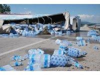 Tokat'ta tır devrildi, su kolileri yola saçıldı