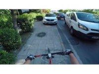 Otomobilini kaldırıma park eden sürücü, tepki gösteren bisikletlilerin üzerine yürüdü
