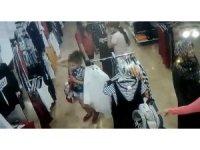 Çocuk hırsız 5 yaşındaki kardeşinin elini tutarak iş yerinden çıktı