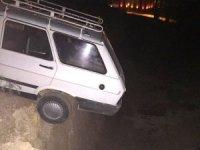Otomobil inşaat temeline düşmekten son anda kurtarıldı