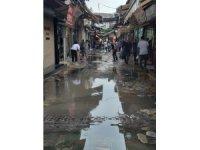 İzmir'de yağmur dakikalar içerisinde caddeleri göle çevirdi
