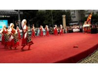 Ayakkabısı çıkan Makedon folklorcu oyunu bırakmadı