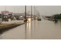 İzmir-Ankara karayolunu su bastı