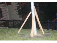 Parktaki aydınlatma direğinin elektrik akımına kapılan çocuk öldü