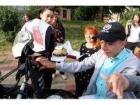 Polislerden engelli gence doğum günü sürprizi