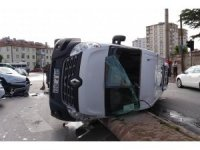 Servis minibüsü yan yattı: 2 yaralı