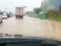 Sel nedeniyle E-5 karayolu iki yönlü trafiğe kapandı