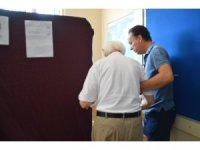 96 yaşındaki emekli albay, bastonu ile oy kullanmaya gitti