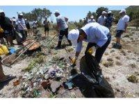 Bodrum Belediye Başkanı eline eldiveni takıp çöp topladı