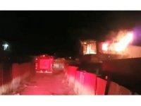 Palet imalathanesindeki konteynerler alev alev yandı
