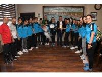 2. Lige çıkan Büyükşehir Hentbol kursiyerleri, sevinçlerini Seçer ile paylaştı