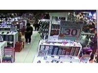 AVM'deki mağazada bebek pusetinden 20 bin lira çalan hırsızlar kamerada