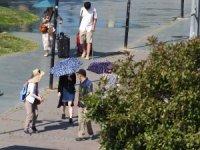 Sıcaktan bunalan turistler şemsiyelere sığındı