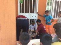Başını demir korkuluğa sıkıştıran çocuk kurtarıldı