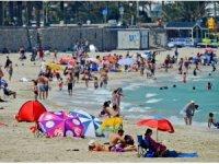 İzmir yanıyor, aşırı sıcaktan bunalanlar Çeşme'de serinliyor