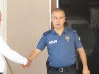 Trafik magandasının elini sıkan polis görevden alındı!