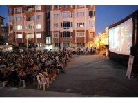 Burdur'da sinema salonları sokaklara kuruldu