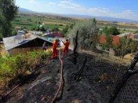 Bahçe yangını, ev ile ormanlık alana sıçramadan söndürüldü