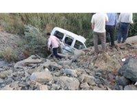 Hafif ticari araç şarampole yuvarlandı:1 ölü, 2 yaralı