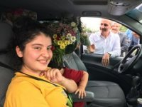 Vali Meral, gurbetçi vatandaşları çiçeklerle karşıladı
