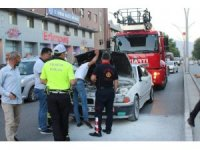 Seyir halindeki otomobilin motor kısmında çıkan yangın itfaiyenin müdahalesiyle söndürüldü