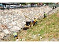 Büyükşehir ekipleri, Kaleburcu Deresini temizliyor