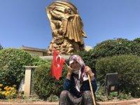 Dolandırıldığını iddia eden yaşlı teyzenin anıt önünde oturma eylemi