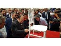 Bakan Varank, Sandalye Fabrikası'nda sandalye boyadı