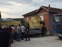 Kontrolünü kaybeden kamyon sürücüsü eve daldı