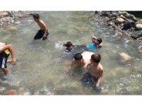 Çocuklar tehlikeye rağmen süs havuzlarında serinliyor
