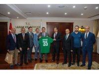Şampiyon Basketbol takımından Bakan Pakdemirli'ye forma